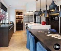 Prachtige Wengé kleur keuken op maat gemaakt met RVS grepen, koelkast, gasfornuis en lades.