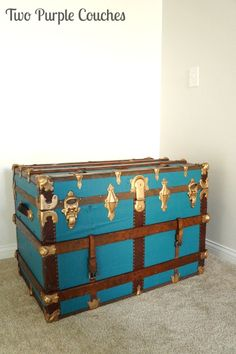 How to paint a vintage trunk —great tips and tricks for making over a vintage steamer trunk.