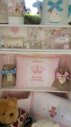 Il filo del cuore ....Ricami: i colori della primavera...cuscinetto Princesse e fasciatoio da viaggio