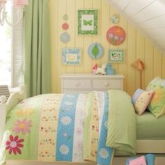 Girls bedroom.Yellow walls,green curtains