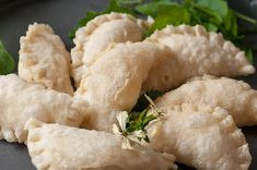 Gefüllte Teigtaschen mit Kase Ravioli, Spanakopita, Ethnic Recipes, Food, Melted Cheese, Deep Frying, Food Food, Essen, Meals