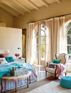 Belle chambre à coucher aux accessoires en turquoise