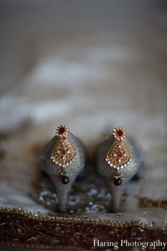 Details of the Indian bridal jewelry and bridal shoes. Indian Shoes, Indian Jewelry, Indian Clothes, Wedding Sari, Wedding Shoes, Bride Shoes, Asian Bridal, South Asian Wedding, Indian American Weddings