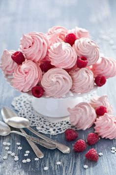 Meringue and raspberry Raspberry Meringue, Meringue Pavlova, Raspberry Macaroons, Meringue Cookies, Cake Cookies, Cupcake Cakes, Just Desserts, Delicious Desserts, Dessert Recipes
