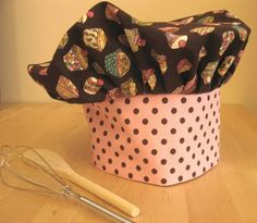 Toddler/Child Chef hat and apron free pattern. Made the chef hat this weekend. It was easy and came out great! Bonus, the hat is adjustable and will fit for several years. Sewing Hacks, Sewing Tutorials, Sewing Crafts, Sewing Projects, Sewing Tips, Fabric Crafts, Apron Tutorial, Hat Tutorial, Sewing For Kids