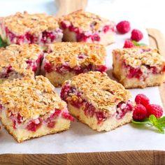 6 Bakery Fresh Breakfast Cake Recipes You Can Make at Home Strawberry Yogurt Muffins, Raspberry Breakfast, Greek Yogurt Muffins, Raspberry Crumble, No Bake Treats, Yummy Treats, Yummy Food, Breakfast Cake, Breakfast Recipes