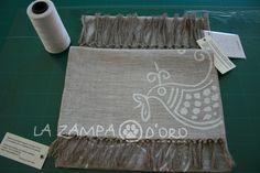 coppia di asciugamani in lino naturale, viso/ospite. rifinito a mano con frangia. Decorazione: gallinella bianca