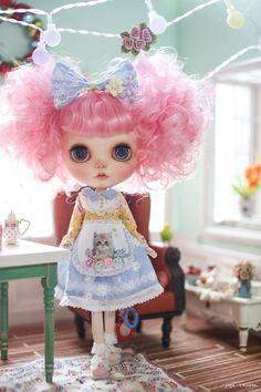 Juju's*Blythe outfit kitten in garden Pretty Dolls, Beautiful Dolls, Kawaii Doll, Pink Doll, Valley Of The Dolls, Little Doll, Doll Repaint, Collector Dolls, Blythe Dolls