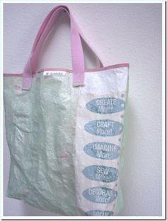Você já aprendeu a fundir suas sacolinhas plásticas de supermercado.Agora veja o passo-a-passo de como transformar esse material em uma bolsa tipo eco-bag.