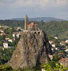 (Le Puy-en-Velay) Francia. Una curiosa formación volcánica que hoy está en medio de la ciudad de Le Puy-en-Velay, en el Alto Loira francés. Y a 85 metros de altura de esa formación, una capilla que lleva más de 1.000 años separada del resto de la ciudad por nada menos que 268 escalones.