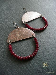 Fascinationstreet B-handmade:Orecchini pendenti in rame inciso e rondelle ti radice di rubino.