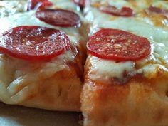 Αφράτη σπιτική πεντανόστιμη και Πικάντικη πίτσα με Πεπερόνι Greek Recipes, Pepperoni, Sausage, Bakery, Pizza, Meat, Breakfast, Cross Stitch, Food