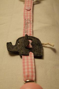 Die wunderschöne Schnullerkette ist ein ideales Geschenk zur Geburt oder Taufe.   Mit Hilfe eines Druckknopfes wird der Schnuller am Band befesti...