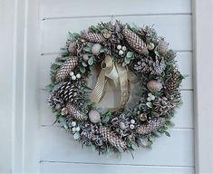 Clarah / Zimný veniec z imela Christmas Wreaths, Holiday Decor, Home Decor, Christmas Garlands, Homemade Home Decor, Holiday Burlap Wreath, Decoration Home, Interior Decorating