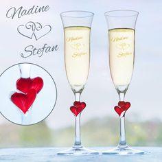 Diese Sektgläser mit Gravur und Herzmotiv tragen die Namen des Paares und das Hochzeits- oder Kennenlerndatum. Ein romantisches Geschenk für Liebende!