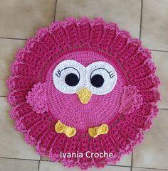 Tapete corujinha,linda peça de decoração feito em barbante de ótima qualidade.podendo ser feito na cor de sua preferencia. Crochet Owls, Crochet Animals, Crochet Baby, Free Crochet, Animal Rug, Crochet Carpet, Crochet Home Decor, Manta Crochet, Crochet Blanket Patterns