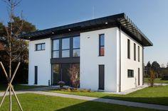 Seid ihr bereit für einen modernen Wohntraum, der luftig, großzügig und zugleich ausgesprochen wohnlich ist? Moderne, klare Formensprache vereint sich hier mit natürlichen Farben.