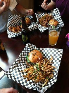 Gorgonzola & Avocado Burger with Herb Fries Burger Restaurant, Burger Bar, Pub Food, Cafe Food, Food Truck, Gourmet Burgers, Beer Recipes, Food Packaging, Food Presentation