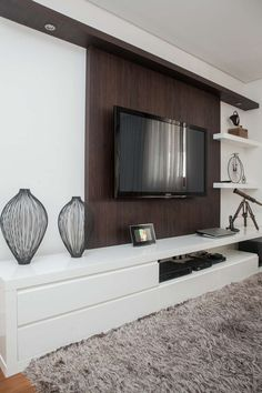 Uma ideia mais clássica de rack e suporte para TV Condo Living, Home Living Room, Apartment Living, Living Room Decor, Living Room Tv Unit Designs, Muebles Living, Tv Wall Design, Home Theater Rooms, Furniture Design