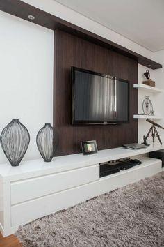 Uma ideia mais clássica de rack e suporte para TV Condo Living, Apartment Living, Home And Living, Living Room Decor, Home Theater Decor, Home Theater Rooms, Living Room Tv Unit Designs, Modern Tv Units, Muebles Living