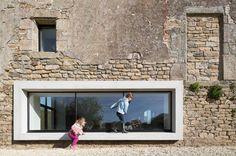 Een bijzonder raam geplaatst in een oude gevel. Mooi contrast. Het raam kan ook voor nieuwe gebouwen een voorbeeld zijn vanwege de integratie en het gebruik (de kinderen).