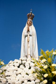 The veneration of Mary as Lady of Fatima in Portugal Jesus And Mary Pictures, Pictures Of Jesus Christ, Jesus Mother, Blessed Mother Mary, Holy Mary, Mary I, Fatima Portugal, Queen Of Heaven, Lady Of Fatima