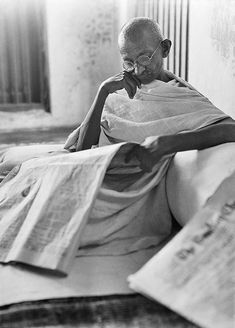 Mahatma Gandhi by Walter Bosshard Famous Pictures, Rare Pictures, Historical Pictures, Rare Photos, Cool Pictures, Life Of Mahatma Gandhi, Mahatma Gandhi Photos, Gandhi Quotes, Mr Wonderful