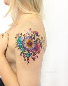 Tatuagem criada por Mary Ellen de João Pessoa.    Flores coloridas no ombro.