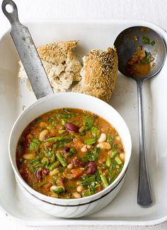 Beans, tomato and spinach for when it's cold outside: a recipe with a kick, perfect for meat-free Monday with the family. High protein and only 153 calories per serving.