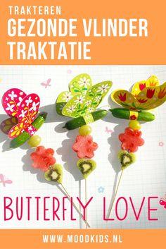 Maak deze gezonde vlinder traktatie met fruit. De kleurige downloads vind je op de blog.