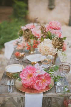 glam tablescape, photo by Day 7 Photography http://ruffledblog.com/metallic-garden-wedding-inspiration #reception #gold #tablescapes