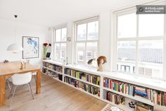 boekenkast onder het raam