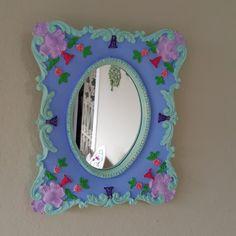 Mini Espelhinho de resina para composições na decoração de paredes. Decora e encanta juntamente com outros do mesmo estilo.