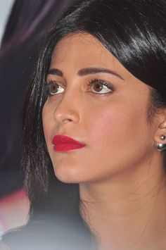 Shruti Haasan At Srimanthudu Press Conference