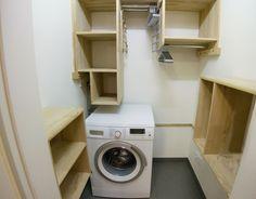 In der Kleiderkammer dieser Ferienwohnung in Dresden können die Gäste die Waschmaschine nutzen, auch ein Bügelbrett und das dazu gehörige Bügeleisen.