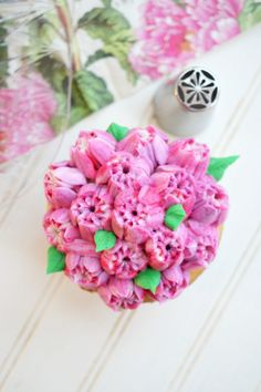 Have you ever wondered what Russian decorating tips are, and how to use them? These special tips are SO easy to use and make the prettiest frosting flowers! Buttercream Recipe For Piping, American Buttercream Recipe, Cake Piping, Buttercream Cupcakes, Russian Decorating Tips, Creative Cake Decorating, Cake Decorating Videos, Frosting Flowers, Fondant Flower Cake