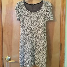 Patterned dress Patterned dress in good condition, no marks and no rips! Sleeves have a slight ruffle to them! Forever 21 Dresses