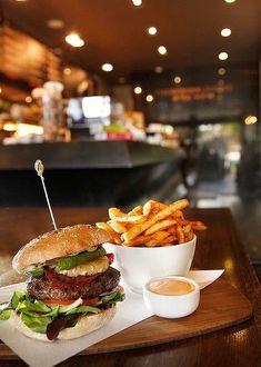 Bistro Food, Pub Food, Cafe Food, Gourmet Burgers, Burger Recipes, Gourmet Recipes, Pastry Recipes, Burger Restaurant, Restaurant Recipes