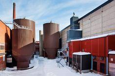Reciclando papel. Al cambiar de uso la antigua planta de papel, Google procuró reutilizar su infraestructura. Estos tanques de agua antes se usaban en el proceso de fabricación del papel.