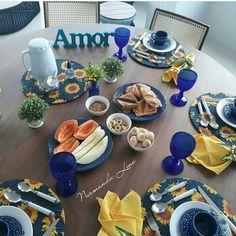 Bom dia, com essa inspiração linda de mesa de café da manhã, da minha amiga @normandalino. Eu que amo azul, fiquei completamente apaixonada 😍😍😍😍 #mesaposta#mesacomamor#mesacomcharme#meseirascampinenses#mesasquenosinspiram#amamosmesaposta#amamossermeseiras Food Table Decorations, Table Manners, Dinning Table, Paper Napkins, Colorful Decor, Tablescapes, Table Settings, Sweets, Dishes
