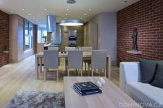 Krasny interier ve svetlem drevu - utulny a vzdusny, pekne zidle - NE cihlova stena a vystouple policky - jiny originalni prvek nevadi