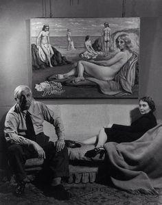"""Cosa troverete: la mise equivocabile di Henri de Toulouse-Lautrec; Picasso e Chagall in versione Franco e Ciccio; le mani in eccesso di Jean Cocteau; Giorgio de Chirico con la moglie in posa """"pittorica""""; un taglialegna travestito da Alexander Calder; Marie-Berthe, Max Ernst, Lee Miller e Man Ray che si strangolano vicendevolmente; Frida Kahlo a una mostra di Picasso; Giorgio Morandi che guarda accigliato le sue nature morte; la faccia da schiaffi di Amedeo Modigliani; i piedi vissuti di Pina…"""