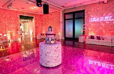 Que tal uma pista de dança com luzes na festa de 15 anos? O resultado é moderno e super divertido! Vem ver algumas inspirações!