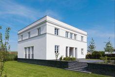 Ein Sockel hebt das Haus aus seiner Umgebung   Axel Steudel ©Christian Eblenkamp, Rietberg