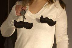 http://cartulina.es/regalos-hechos-mano-juego-de-bigotes/ Juego de bigotes hecho a mano - llavero y broche