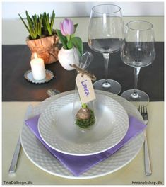 Idé til borddækning og bordpynt til fester - her med bordkort i form af en lille gave til hver gæst. Materialer fra kreahobshop.dk