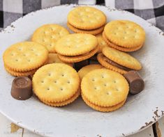 White platter filled with rolo stuffed ritz cracker candy Ritz Cracker Candy, Ritz Cracker Recipes, Candy Recipes, My Recipes, Cookie Recipes, Recipies, Favorite Recipes, Rolo Cookies, Cinnamon Recipes
