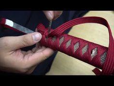 KIẾM NHẬT QUẤN ITO ĐỎ _ making new tsuka - YouTube Paracord Weaves, Paracord Knots, Wooden Sword Diy, Turks Knot, Paracord Knife Handle, Samurai Swords Katana, House Of Flying Daggers, Custom Wraps, Japanese Sword