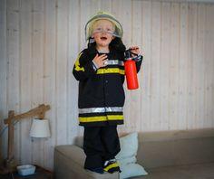 Jungs verkleiden sich als Feuerwehrmann, als Löwe oder als Prinzessin. Ein paar Gedanken zum Thema Gender Erziehung und unser Prinzessin Kostüm gibt es heute auf dem Blog | Ichsowirso.de Canada Goose Jackets, Winter Jackets, Blog, Fashion, Hot Pink Bedding, Princess Dress Up, Creative Costumes, Sailor, Firefighter Bar