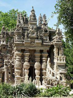 Non, ce n'est pas le Cambodge mais bien un lieu atypique du département de la Drôme ! On l'appelle le Palais idéal du facteur Cheval situé à Hauterives en France !